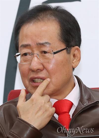 자유한국당 홍준표 대표가 2일 오전 서울 여의도 당사에서 열린 충남도지사 후보 추대 결의식에 참석하고 있다.