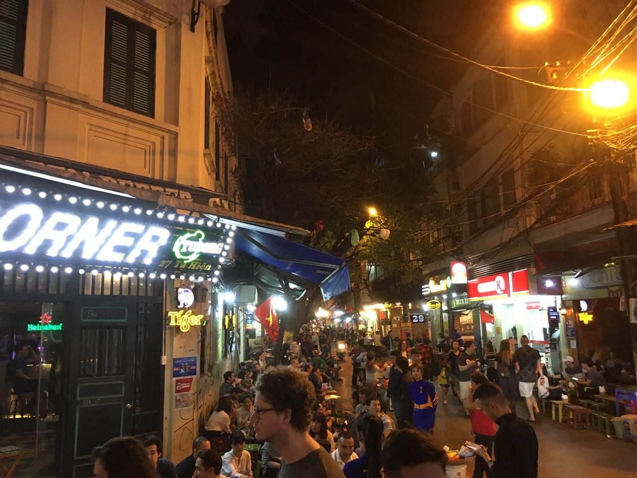 하노이 맥주거리 여러 국적의 사람들이 북적이는 하노이 맥주거리는 하노이 여행객이라면 꼭 가봐야하는 명소다