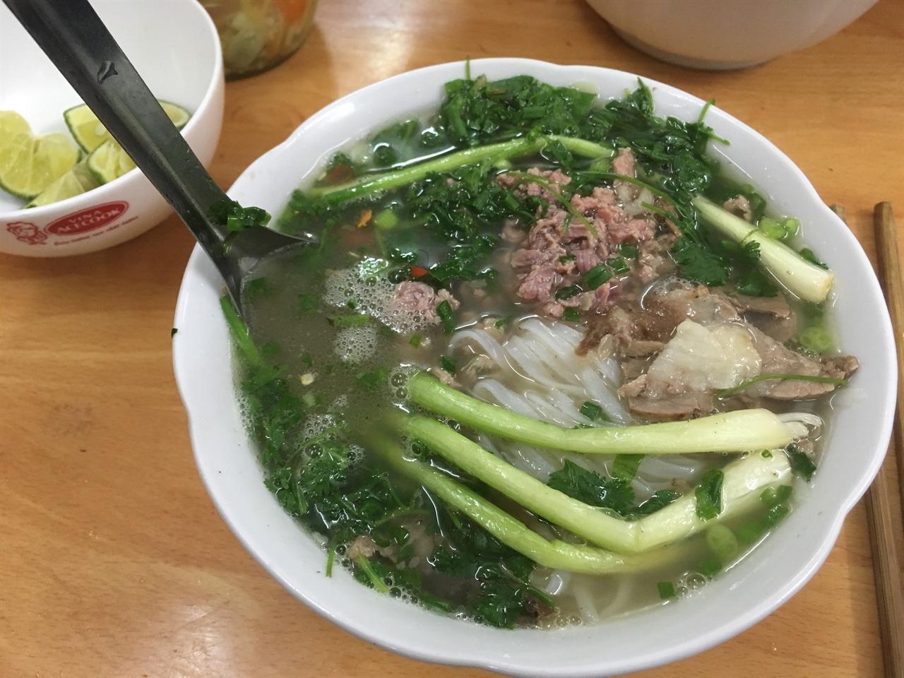 쌀국수  현지인들이 가는 로컬식당에서 맛본 쌀국수, 진한 고수향 때문에 힘들었지만 국물맛은 일품이었다
