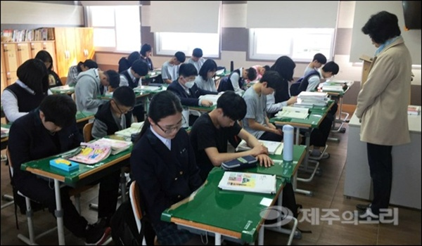 제주 서귀포 안덕중 학생들이 3일 오전 10시 사이렌에 맞춰 묵념하고 있다. 이날 제주지역 각 학교들은 10시에 맞춰 잠시 수업을 멈추고 추모를 진행했다.