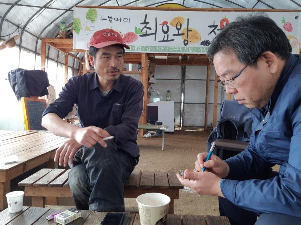 이철재 기자가 경기 양평군 두물머리에서 4대강 사업에 반대해 싸웠던 농민 최요왕 씨를 인터뷰하고 있다.