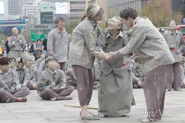 제주 4.3 사건 70주년을 맞은 3일 오후 서울 종로구 광화문광장에서 403명의 시민이 4.3 사건 희생자의 넋을 기리며 의미를 알리는 퍼포먼스를 벌이고 있다.