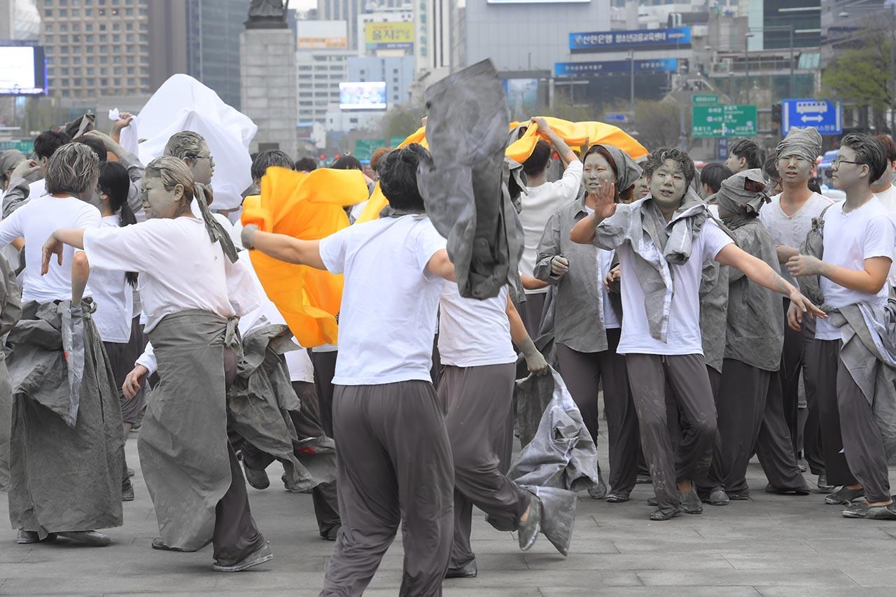 제주 4.3 70주기인 3일 오후 서울 종로구 광화문광장에서 4.3 희생자들의 모습을 한 시민들 403명이 4.3 희생자들의 넋을 기리는 '4.3 대한민국을 외치다' 퍼포먼스를 진행하고 있다. 2018.04.03