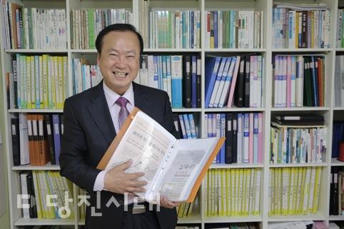 신문을 40년 째 스크랩 하고 있는 충남 서산의 최병부 씨