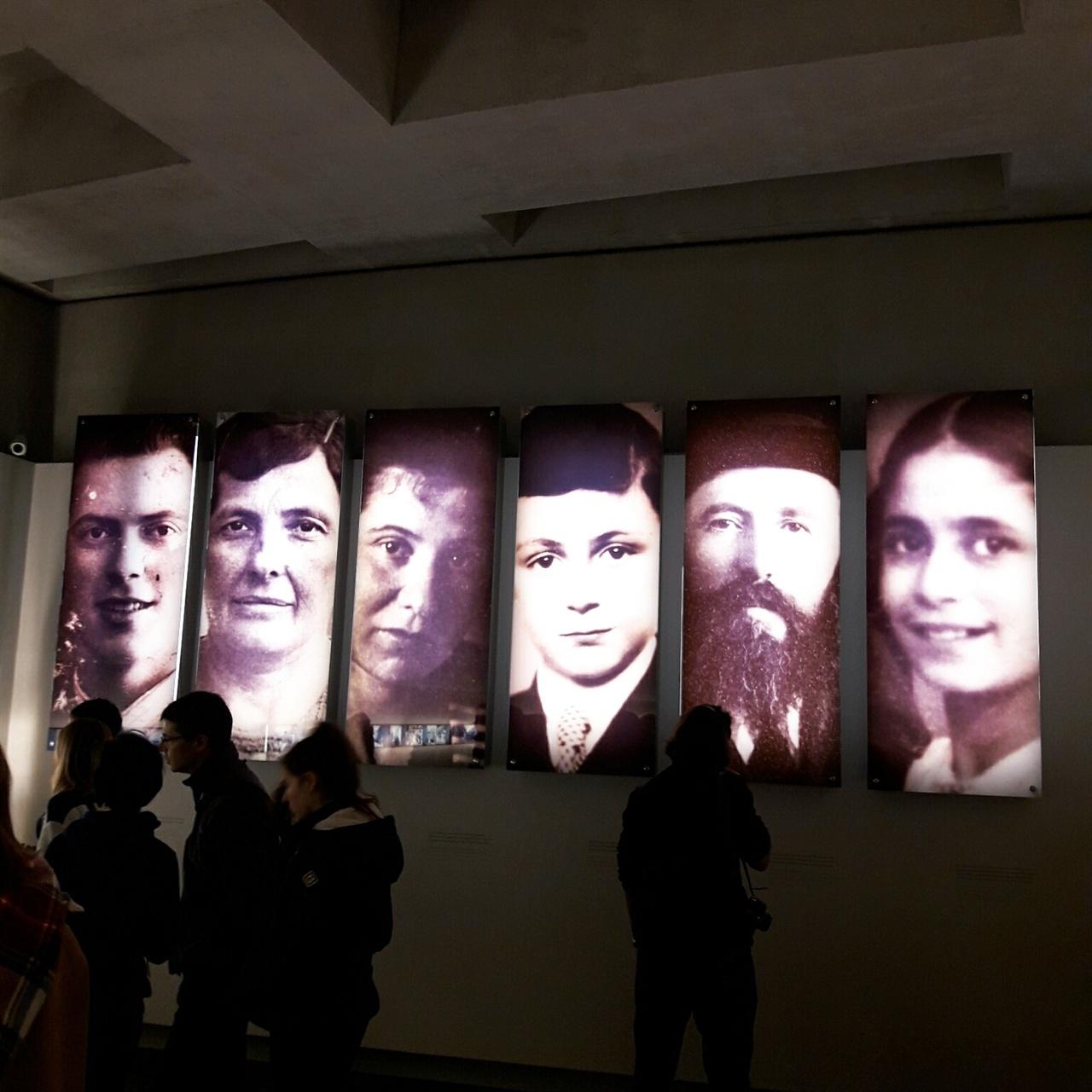 나이, 성별, 국적이 서로 다른 여섯 희생자의 모습은, 600만 홀로코스트 희생자를 대표한다. 홀로코스트 메모리얼 박물관 내부 모습.