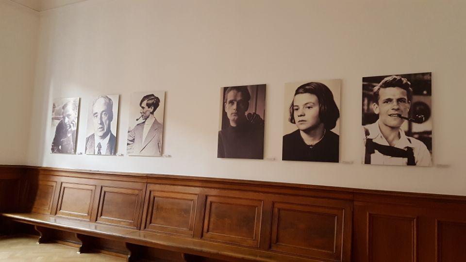 뮌헨법원으로부터 사형선고를 받은 여섯 명의 백장미단 단원들의 모습.