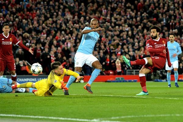 '살라 1골 1도움' 리버풀, 맨시티 3-0 완파…4강 청신호 리버풀의 모하메드 살라(오른쪽)가 4일(현지시간) 영국 리버풀의 안필드에서 열린 2017-2018 유럽축구연맹(UEFA) 챔피언스리그 맨체스터 시티와의 8강 1차전에서 강력한 왼발 슛으로 득점에 성공하고 있다.   전반 12분 선제 결승 골을 넣은 살라는 31분 사디오 마네의 쐐기 골을 도우며 맹활약했다. 전반에만 세 골을 몰아친 리버풀은 프리미어리그(EPL) 선두 리버풀을 3-0으로 꺾고 4강 진출에 청신호를 켰다.