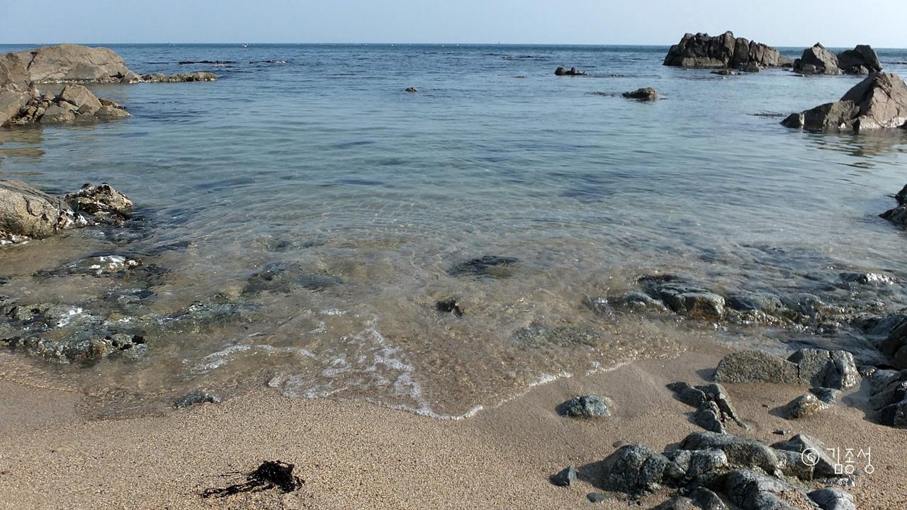 강축해안도로 곳곳에 있는 작고 안온한 해변.