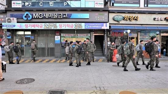 위수지역에 묶여 더는 바깥으로 나갈 수 없는 병사들이 양구 시외버스 터미널 주변에 몰려있다.
