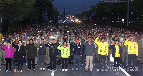 """5일 저녁 더불어민주당 경남도당 앞에서 """"문재인정부 정책 규탄, 생존권 사수를 위한 창원 궐기대회""""가 열렸다."""