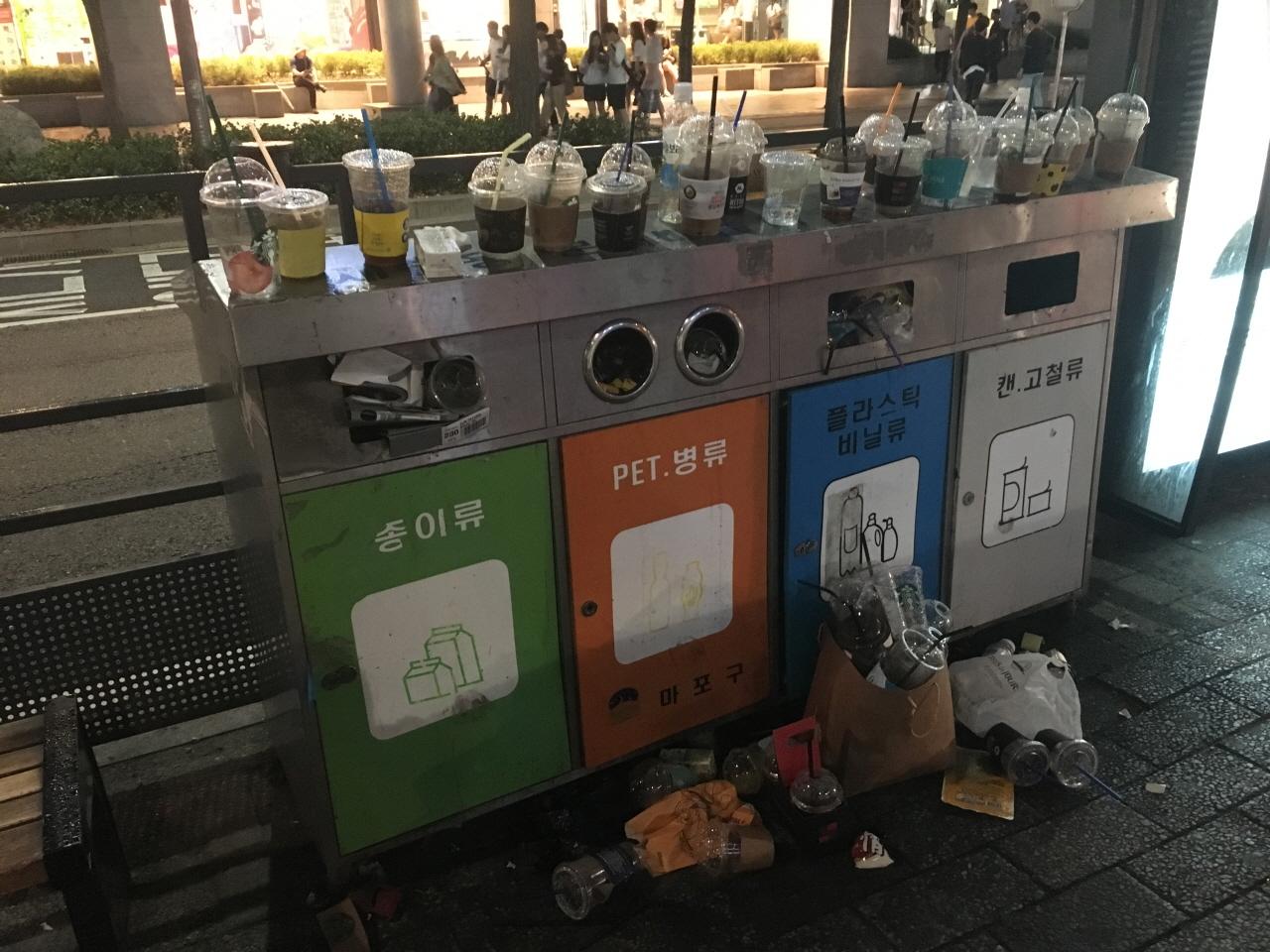버려진 일회용컵, 빨대 홍대입구역 버스정류장에 버려진 일회용컵과 빨대들
