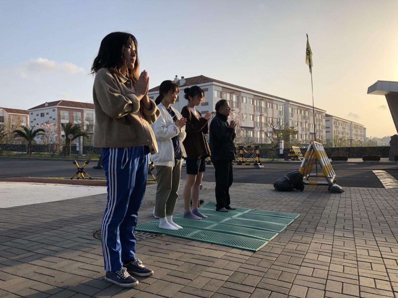 제주 강정마을에서는 매일 아침, 생명평화의 100배를 올린다. 너머의 회원들도 100배에 참여하였다.