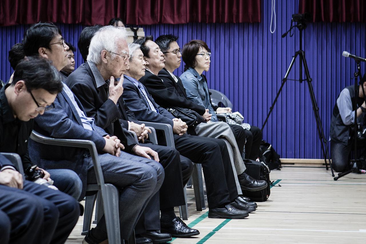 <잠들지 않는 남도> 의 아코디언 연주를 듣는 김석범 선생