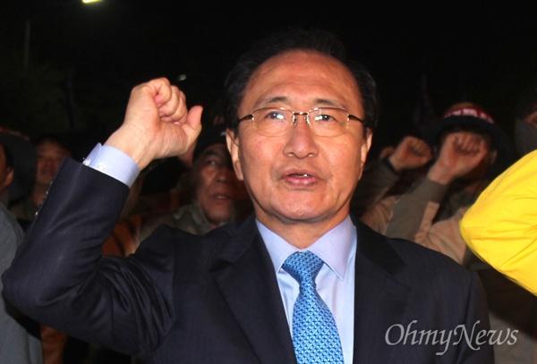 정의당 노회찬 국회의원은 5일 저녁 더불어민주당 경남도당 앞에서 열린 전국금속노동조합 STX조선지회 집회에 참석해 발언하기도 했다.