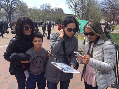 백악관 청원 서명 워싱턴 백악관 앞에서 서명운동을 하고 있는 활동가들