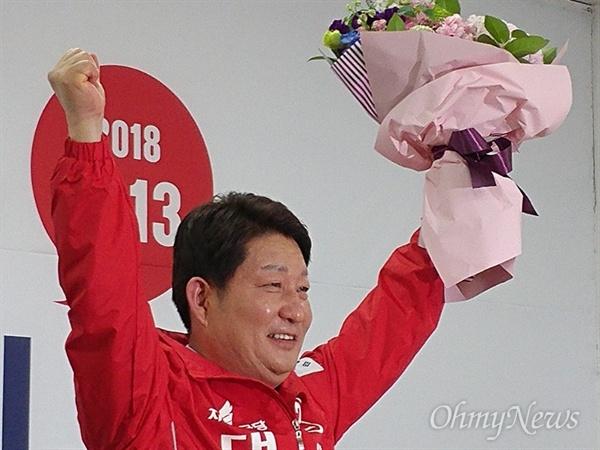 권영진 자유한국당 대구시장 예비후보가 9일 오후 후보로 확정된 후 두 손을 들어 인사하고 있다.