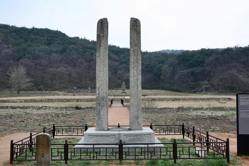 당간지주가 서 있는 서산 보원사지 보물 당간지주가 서 있는 서산시 운산면의 사적 보원사지