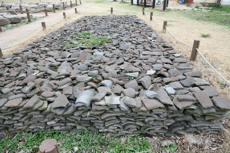 와편 보원사지 발굴 당시 모아놓은 기왓조각들