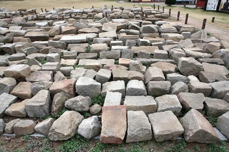 석조믈 발굴을 하고 한 옆에 모아놓은 석조물들로 이 절의 위상을 알만하다