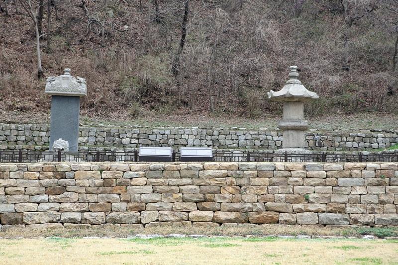 법인국사 사리탑과 탑비 축대 위에 올려놓은 법인국사 사리탑과 탑비 모두 보물이다
