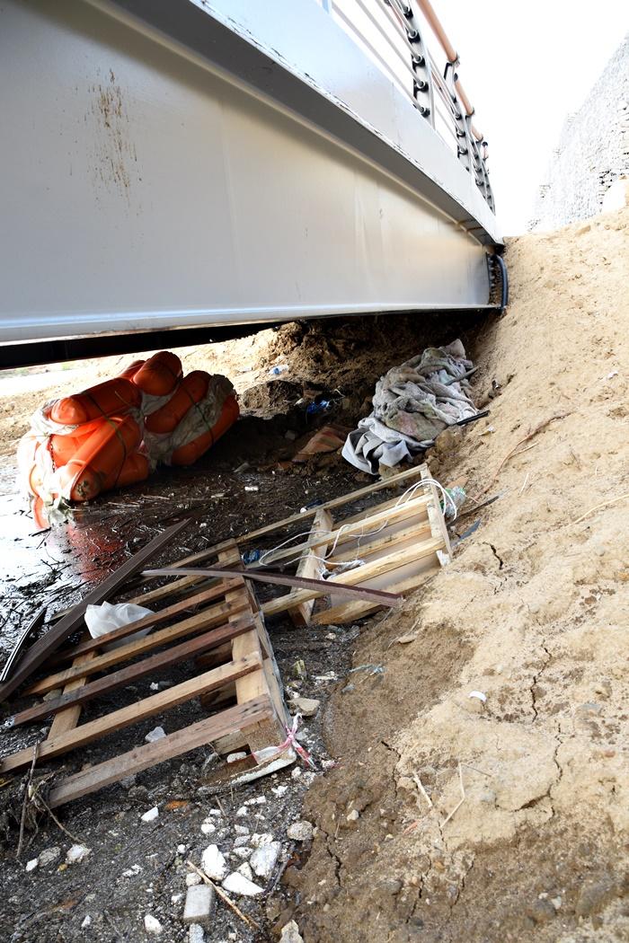 눈에 보이지 않는 탐방로 다리 밑에는 공사용 쓰레기들이 널려 있다.