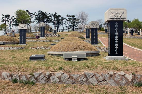 맨 앞에 신길우 지사, 그 뒤로 김명천 지사의 묘소가 보이는 모습