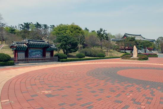 왼쪽에 안내판, 오른쪽 멀리 사당인 단충사가 보이는 신암선열공원 전경