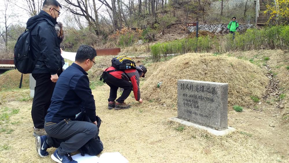 시인 박인환의 묘 생전에 시인이 그리 좋아했다는 술 한 잔을 올리고 있다.