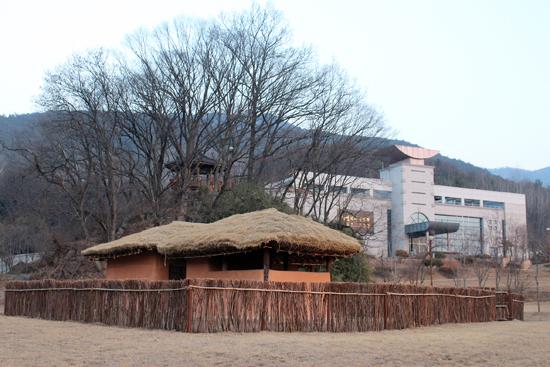 22년 동안 일제의 감옥에서 옥중 생활을 했던 무정부주의자 박열의 복원된 생가와 기념관이 경북 문경 마성면 오천리 95에 세워져 있다.