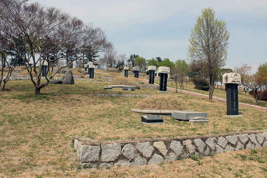 장언조, 박만선, 우해룡 지사의 묘소가 있는 신암선열공원 제1 묘역 전경