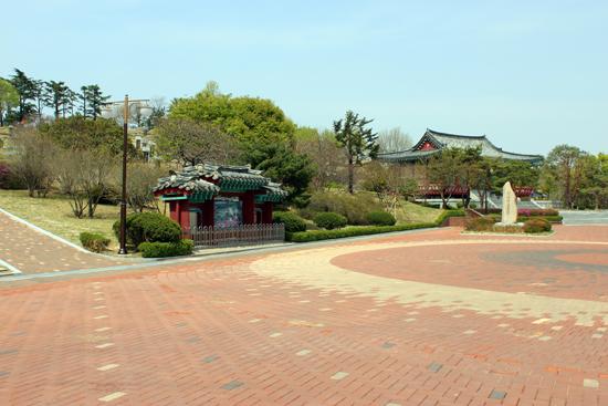 신암선열공원(왼쪽에 안내판, 오른쪽 멀리 사당 단충사가 보인다.)