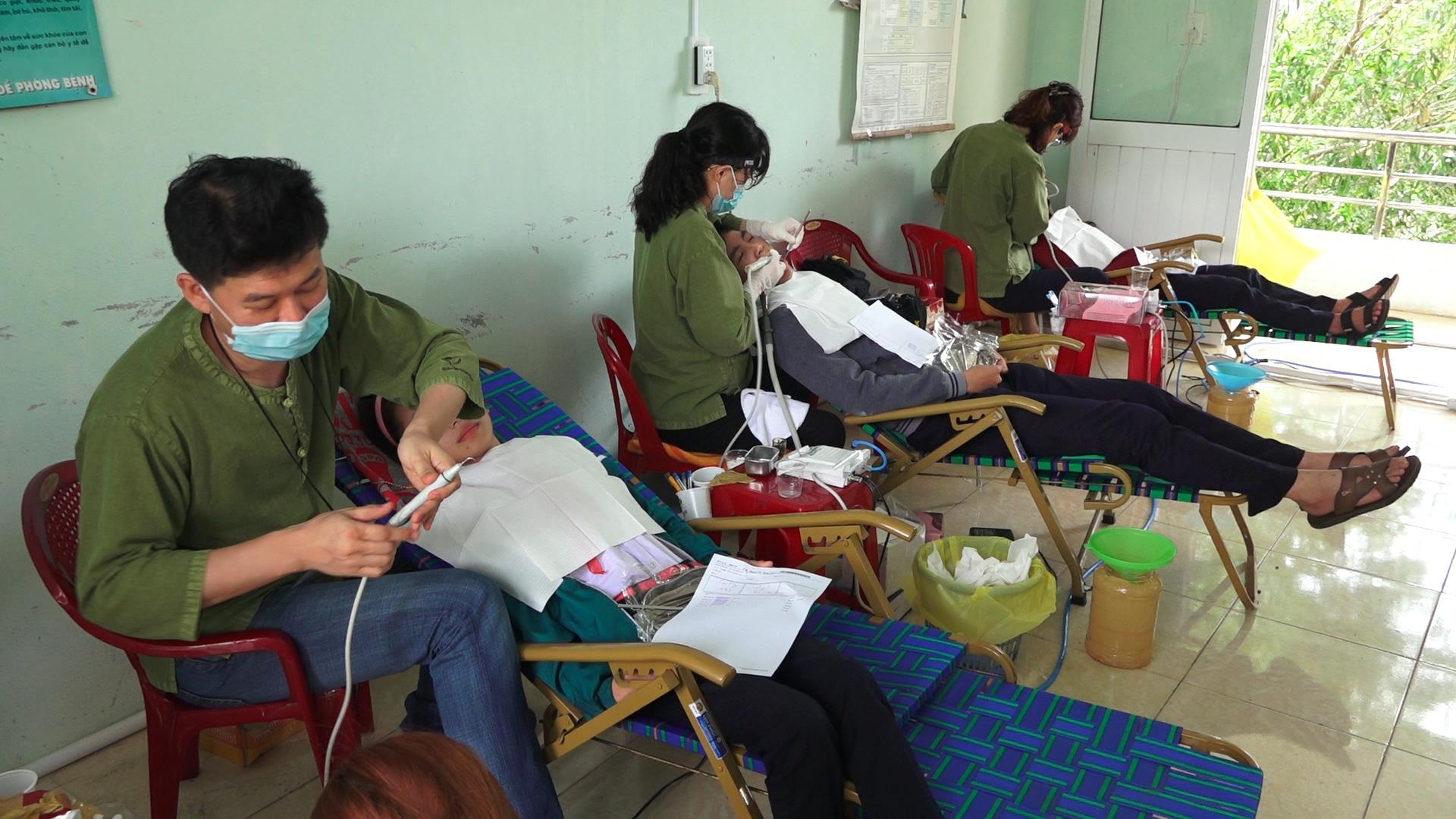 베트남 학생들에게 치과 진료 중인 베트남평화의료연대 단원들