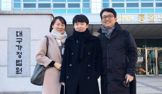 트랜스젠더 남성인 변우빈 씨는 자신을 드러내는 일을 주저하지 않는다. '가족등록부 정정 신청도 본인의 강력한 의지가 있었기에 가능했다'고 아버지 변홍철씨는 말한다.