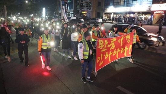 """세명대 학생들이 """"원룸가격 인하하라""""고 외치며 반딧불 시위를 벌이고 있다."""