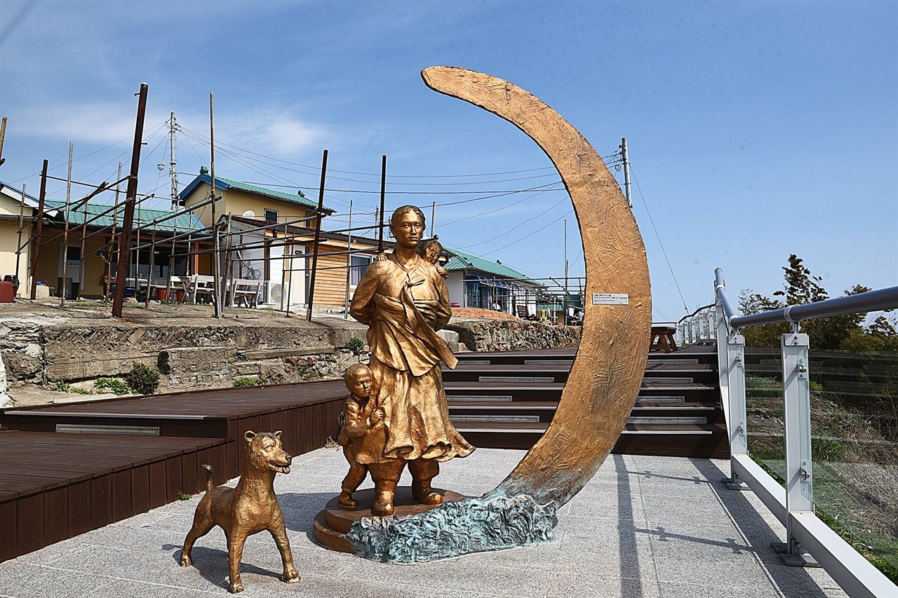 바람의 언덕 전망대 최근에 조성한 바람의 언덕 전망대. 항구를 내려다보는 곳으로, 지난 날 항구 언덕마을 여성의 고단한 삶을 엿볼 수 있는 조각 작품이 있다.