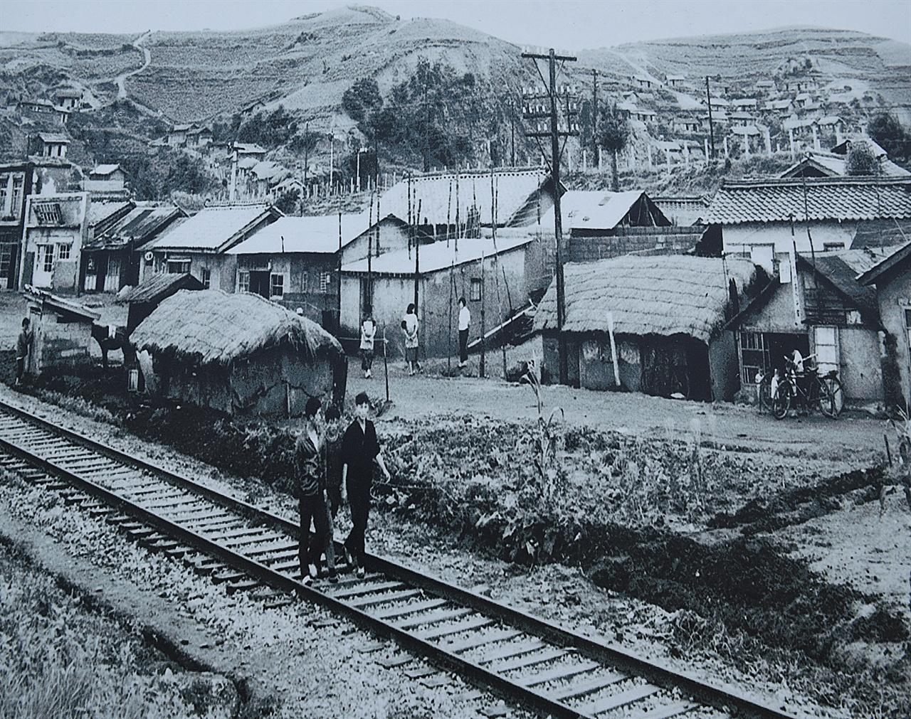 1960년대의 묵호항  영동 태백선 철길과 묵호항, 그리고 뒤편 언덕 마을이 보인다. '바람의 언덕' 올라가는 길 벽면에 있는 자료사진을 촬영한 것이다.