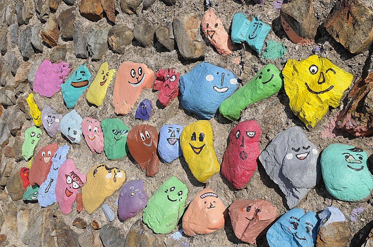 논골담길 벽화 풍경  돌에 그린 벽화처럼, 사는 사람들이나 방문하는 사람들이나 모두 즐거운 마을이 되길 바란다.