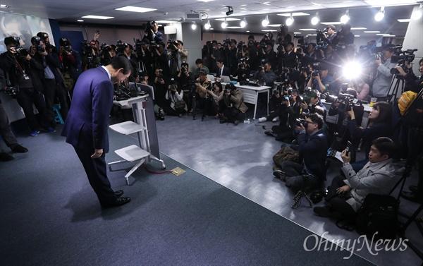 더불어민주당 박원순 서울시장 경선후보가 12일 오전 서울 여의도 당사에서 서울시장 출마선언을 하기 위해 인사를 하고 있다.