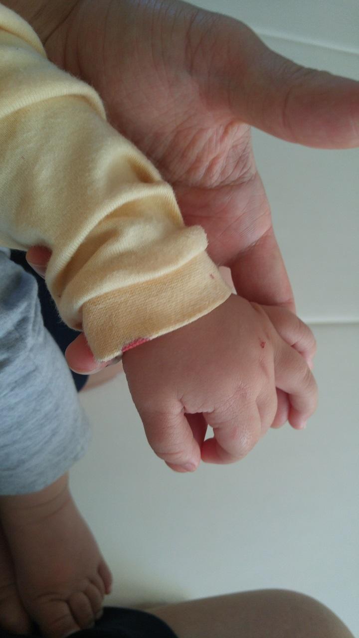 아기의 생애 첫 코피. 아빠의 마음이 아프다