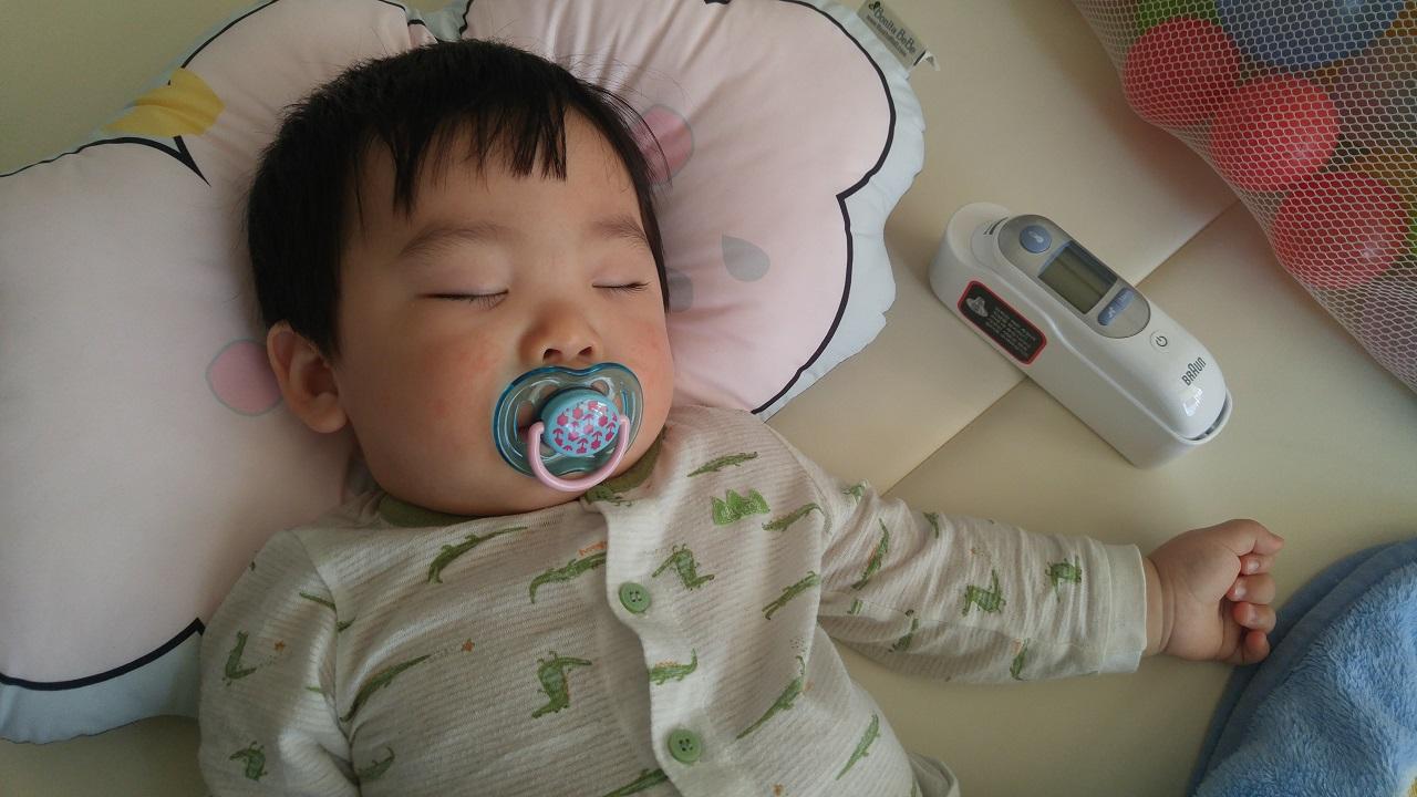 아픈 아기의 체온을 수시로 확인하세요