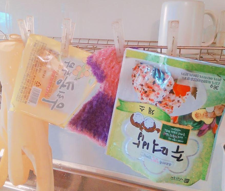 비닐봉지 씻어서 말리기  비닐봉지 내부를 물로 세척해 깨끗이 씻어말린다.