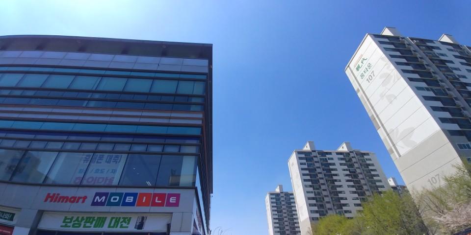 서울 영등포구 당산동2가, 왼쪽 하이마트는 청년주택이 건립될 부지, 오른쪽은 청년주택 건립 반대 주민들이 사는 아파트다.