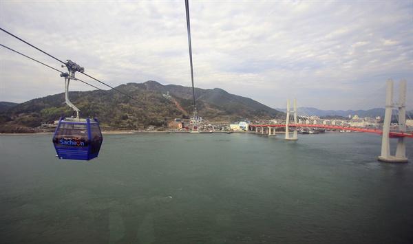 경남 사천시 삼천포 초양정류장~대방정류장~각산정류장을 잇는 '사천바다케이블카'가 완공되어 13일 개통식이 열렸다.