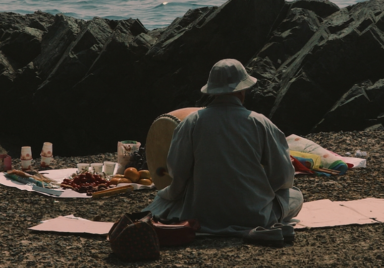 미륵도에 사는 노인은 섬에 찾아오는 이들에게 떡을 지어 먹인다.
