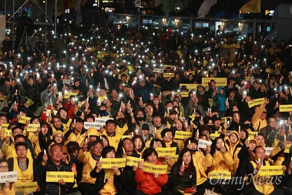 세월호참사 4주기 '기억하고 행동하겠습니다' 세월호참사 4주기를 이틀 앞둔 14일 오후 서울 광화문광장에서 열린 '4월16일의약속 다짐문화제'에서 유가족과 시민들이 철저한 진상규명과 책임자 처벌을 촉구하고 있다.