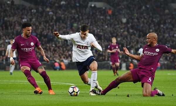 4월 15일 오전 3시 45분(한국시간) 런던 웸블리 스타디움에서 열린 토트넘 핫스퍼와 맨체스터 시티와의 경기. 토트넘의 에릭 라멜라(가운데)가 맨시티의 빈센트 콤파니(오른쪽)의 수비를 피하며 슛을 시도하고 있다.