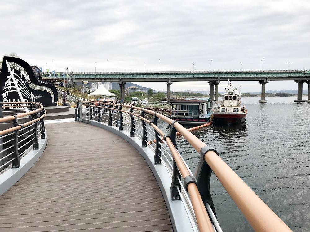 김문오 군수의 탐방로는 정확히 유람선 선착장과 이어져 있다. 유람선사업과 연계한 관광벨트의 완성. 이것이 김문오 군수의 목표인 것이다.