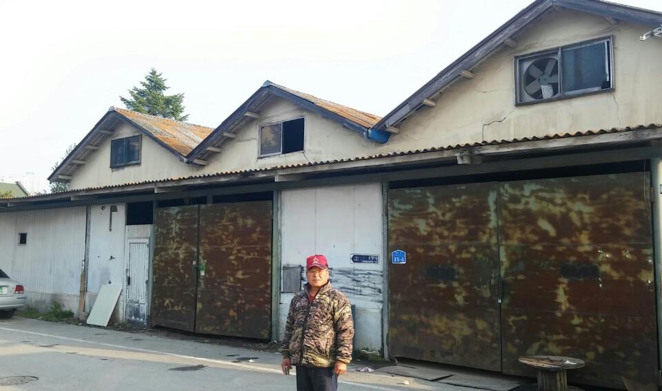 삼형제창고 정봉춘이 구금되었던 창고 앞에 선 정재철