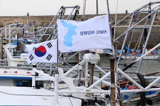 서해5도 한반도기 서해5도 중국어선 대책위원회와 서해 평화와 생존을 위한 인천시민대책위원회는 서해평화와 우리 어민들의 어장확장을 촉구하기 위해 어선에 태극기와 함께 한반도기를 달고 조업하는 운동을 펼치고 있다.