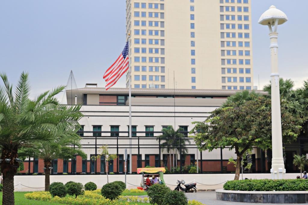 주캄보디아 미국대사관 전경 최근 미국대사관 측은 포르노물을 공유한 협의로 대사관직원 32명을 무더기로 해고했다.